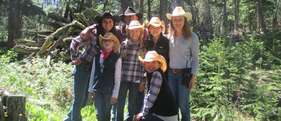 Big family photo with cowboy hats on