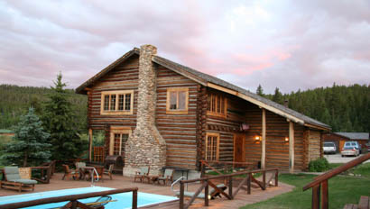 Lodge with swimming pool at Paradise Guest Ranch